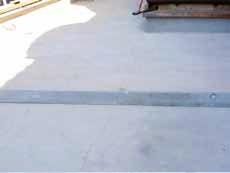 Fot. 7b. taras nad pomieszczeniem - spękania wylewki na skutek braku dylatacji i brak spadków powierzchni tarasu (fot. autor)