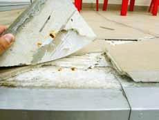 Fot. 8. Skutki błędów w obsadzeniu obróbek i klejeniu płytek (fot. autor)